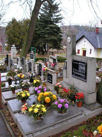 Hřbitov - ozdobené hroby v centrální části